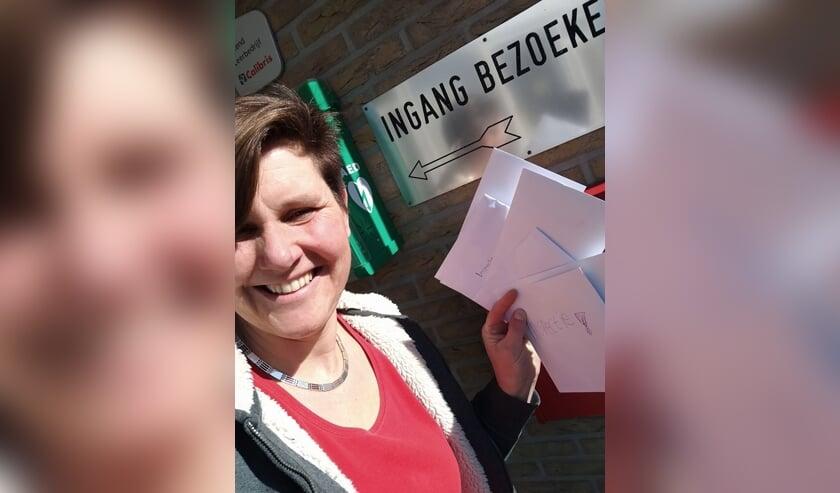 • Jonette Korevaar uit Brandwijk met de ingevulde vragenlijsten.