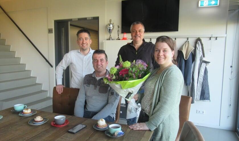 • Sjaak en Rianne Bas met bestuursleden Paul van der Meijden en André van Es.
