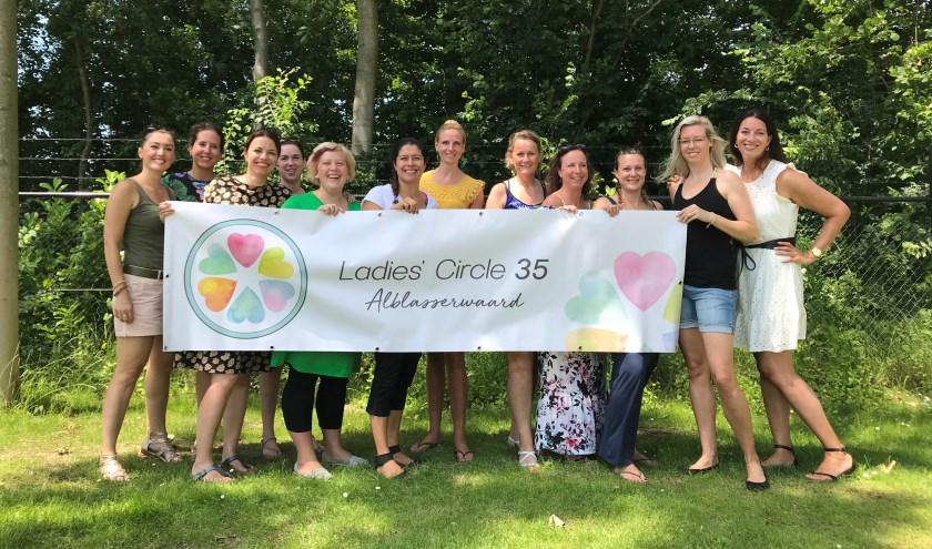 • Ladies' Circle Alblasserwaard op een foto die genomen is voor de corona-maatregelen.