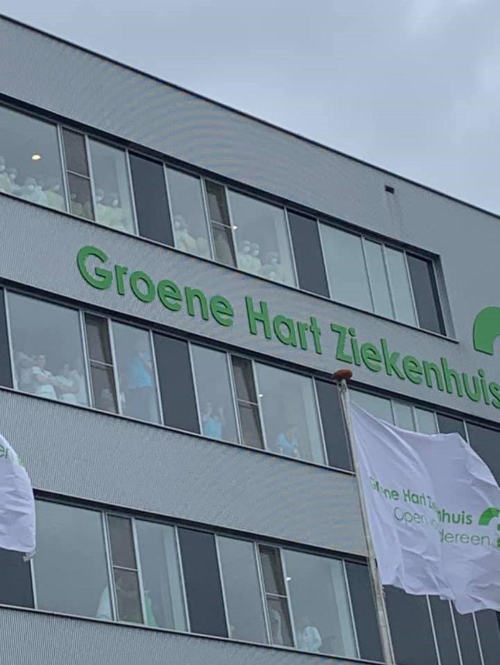 • Ziekenhuismedewerkers bekijken de actie vanachter de ramen. (foto: Facebook/Groene Hart Ziekenhuis)  © Krimpenerwaard