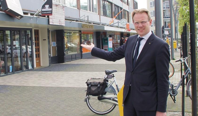 • Wethouder Peter Verheij, toen hij voor de actie Koop Lokaal het Scheldeplein aanprees.