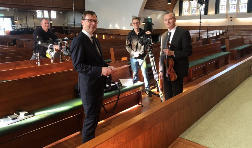 • Het oefenen in de Grote Kerk met André de Jager (tweede van links) en Nathan Hol (rechts).