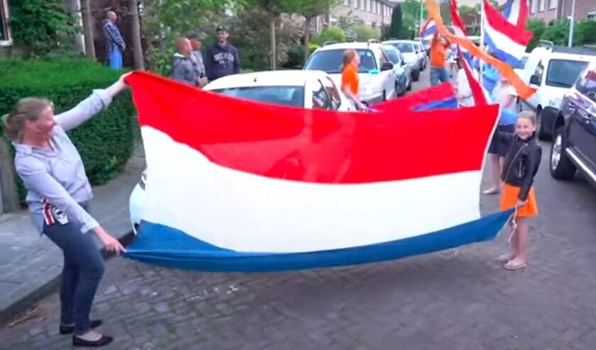 <p>&bull; Vlaggen voor de Koning in 2020 in Alblasserdam.</p>
