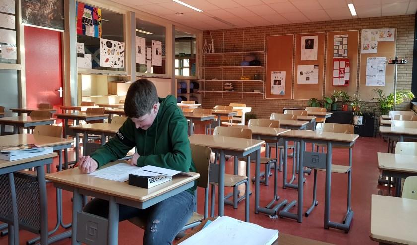 • Koen van Schaik uit 4 mavo is aan het ploeteren op zijn schoolexamen maatschappijleer.