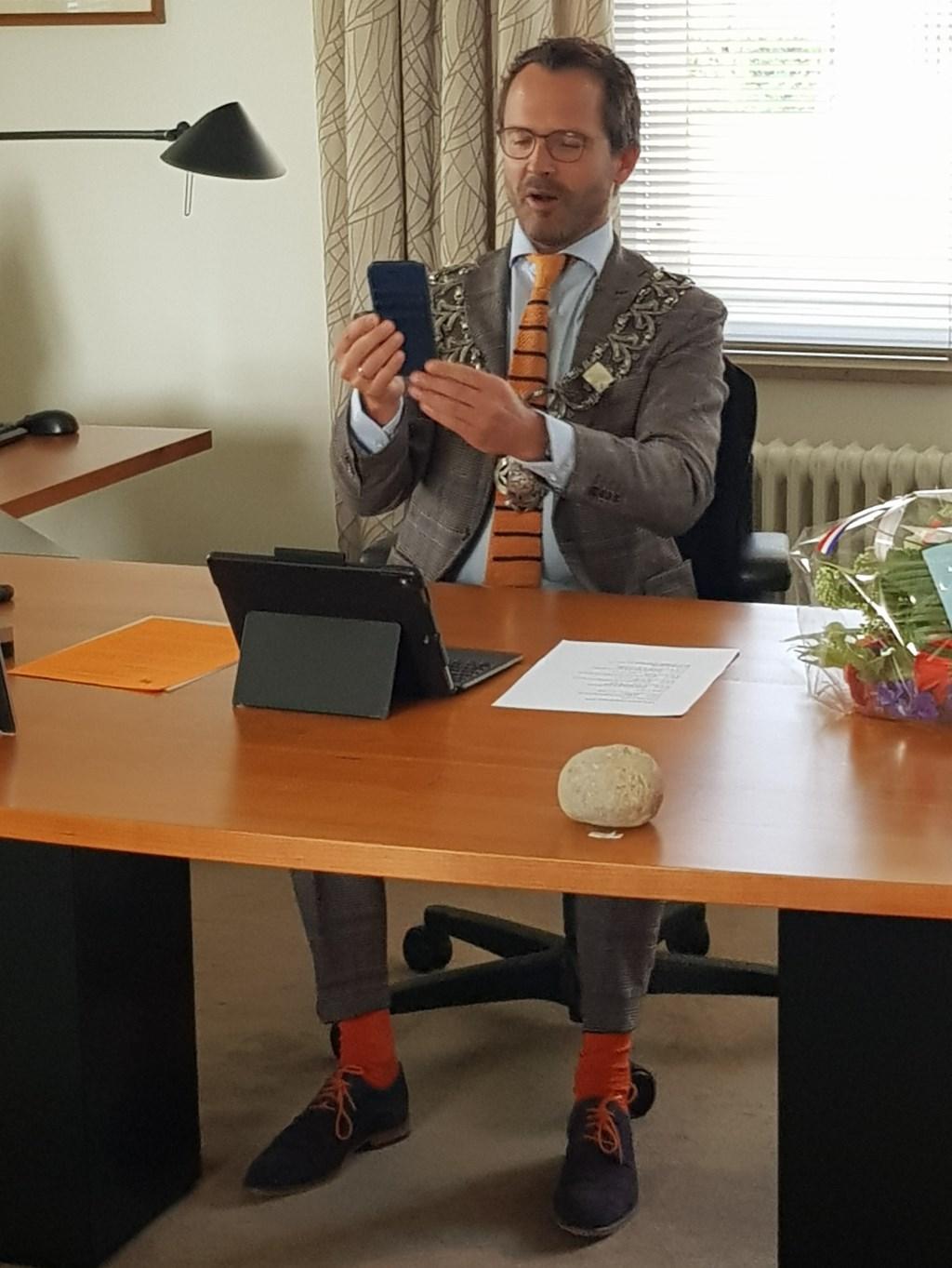 • Burgemeester videobelt met dhr. Van Breukelen Foto: Gemeente Lopik © Krimpenerwaard