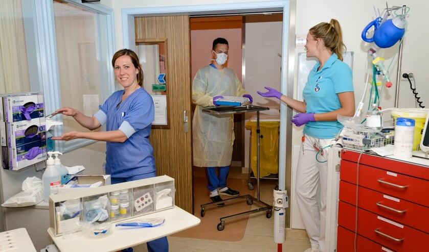 • Carola Schol, Johan Oostrom en Coralien Baan werken op de COVID19-afdeling van het Albert Schweitzer Ziekenhuis in Dordrecht.