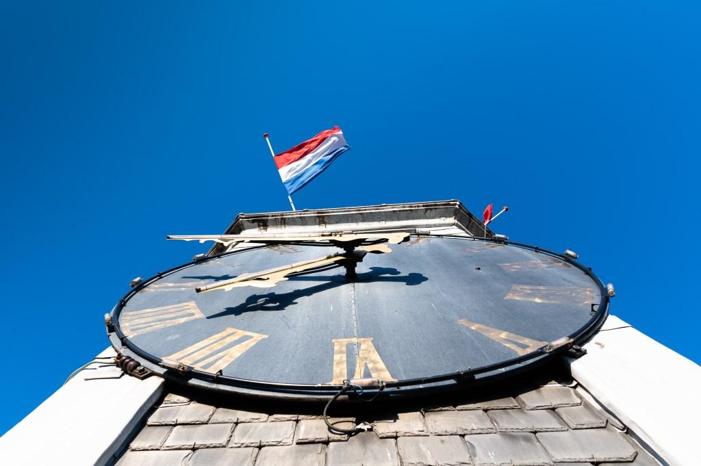 De vlaggen op de kerk in Streefkerk wapperden half stok. Foto: Marijke Verhoef © Alblasserwaard