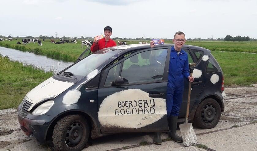 • De prijswinnaars Levi en Willard bij de 'landauto' van Zorgboerderij Bogaard.