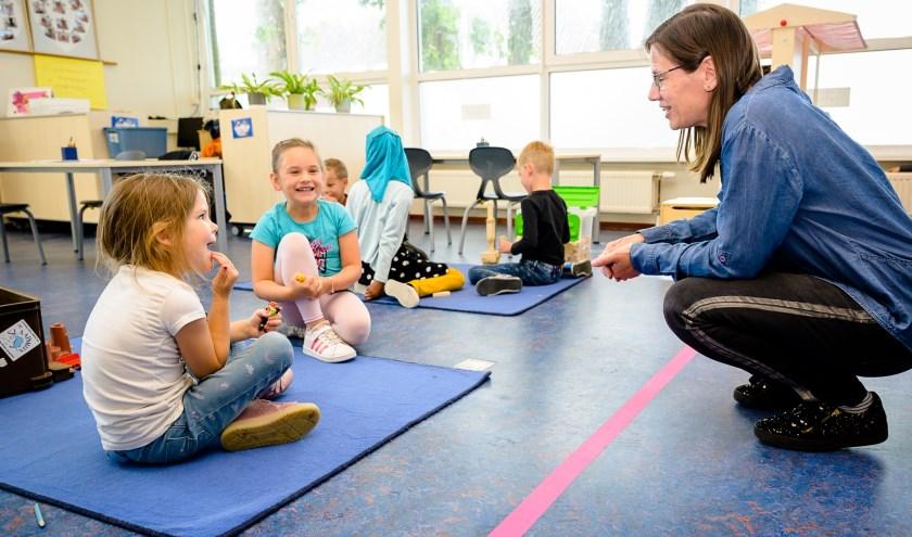 Eerste schooldag op de Henri Dundant in Wijk en Aalburg na weken thuisonderwijs. De school treft extra veiligheidsmaatregelen, zoals een met roze tape aangegeven vlak waarin alleen de juf mag komen.