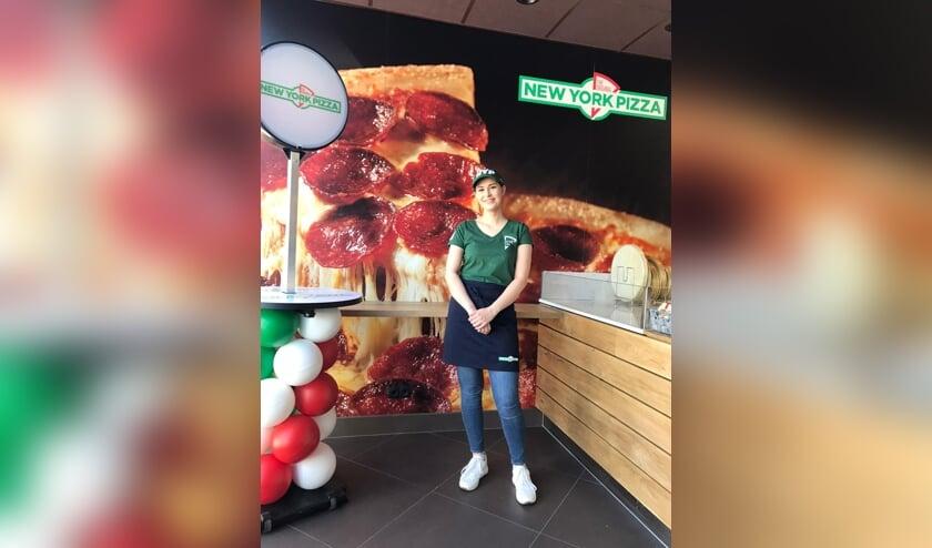 • Lyanne Meijer in de nieuwe vestiging van New York Pizza in Krimpen aan den IJssel.