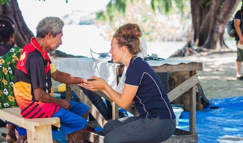 • Daphne van Wingerden tijdens haar werkzaamheden op Papoea Nieuw Guinea.