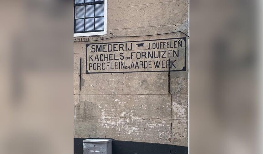 <p>&bull; &Eacute;&eacute;n van de initiatieven van de vereniging: de restauratie van de muurreclame.&nbsp;</p>