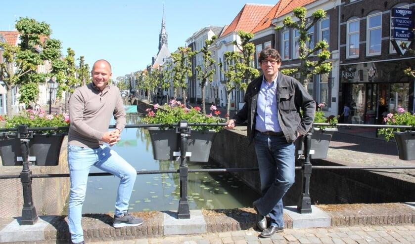 • Stefan van Beeten en Wim Perlot in een zonnig Schoonhovens centrum.