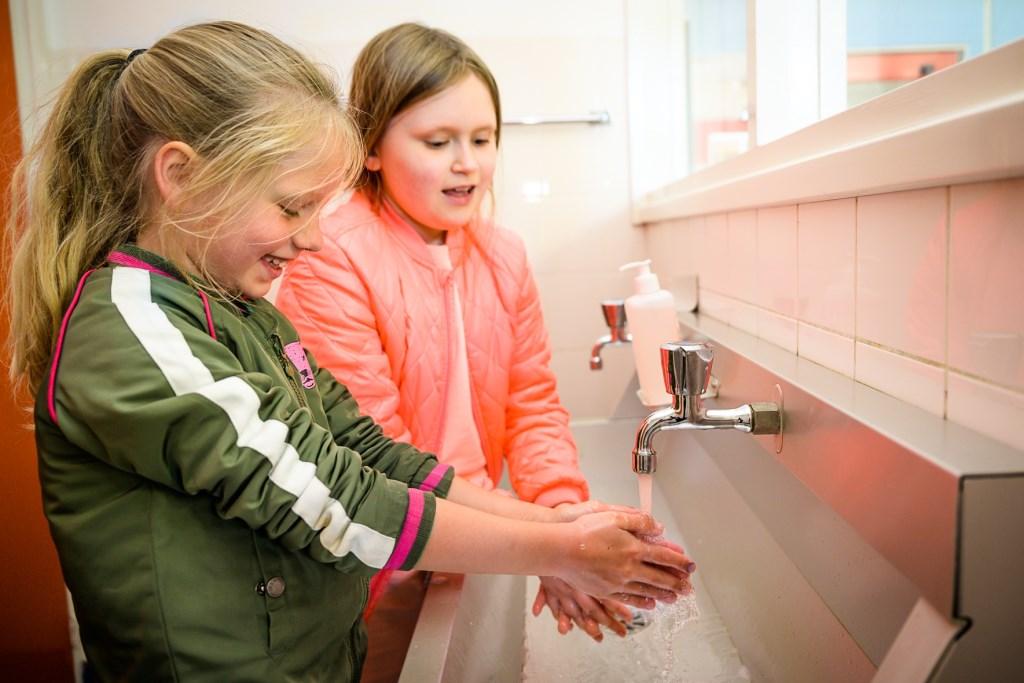 Eerste schooldag op de Henri Dundant in Wijk en Aalburg na weken thuisonderwijs. De school treft extra hygiënemaatregelen, zoals vaker handen wassen. Foto: Marijke Verhoef © Heusden en Altena