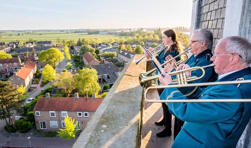 De familie Sparreboom speelde maandag 4 mei vanaf de kerktoren in Streefkerk de taptoe en het Wilhelmus.