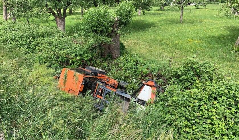 • De tractor belandde onderaan de dijk.
