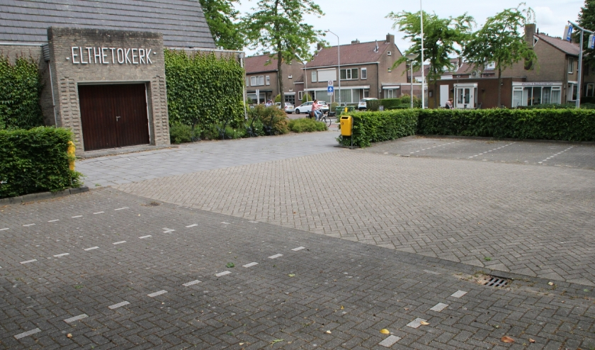 • De lege parkeerplaats van de Elthetokerk in Alblasserdam.
