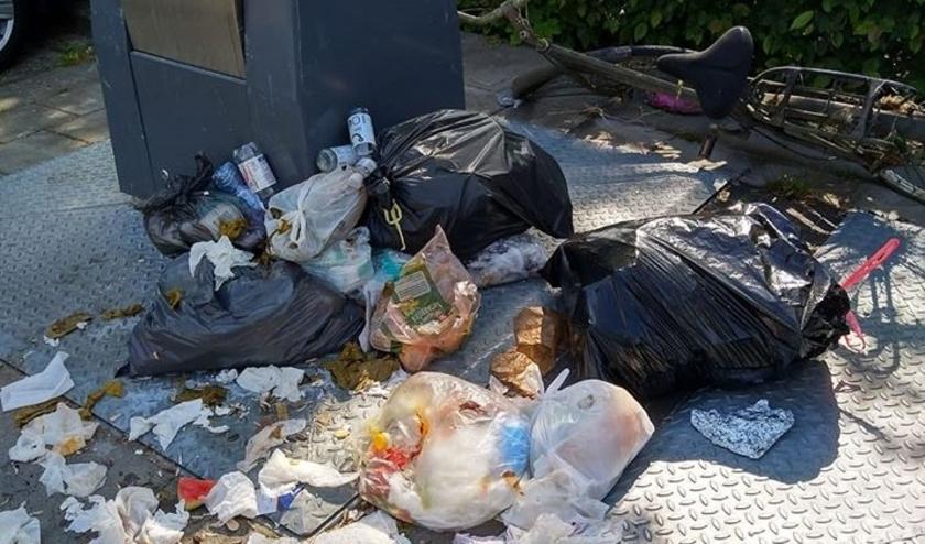 • Gedumpte afval bij Spartaveld in Leerdam.