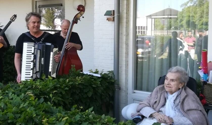 Mevrouw Toonen met een deel van Trio Vastgoed.