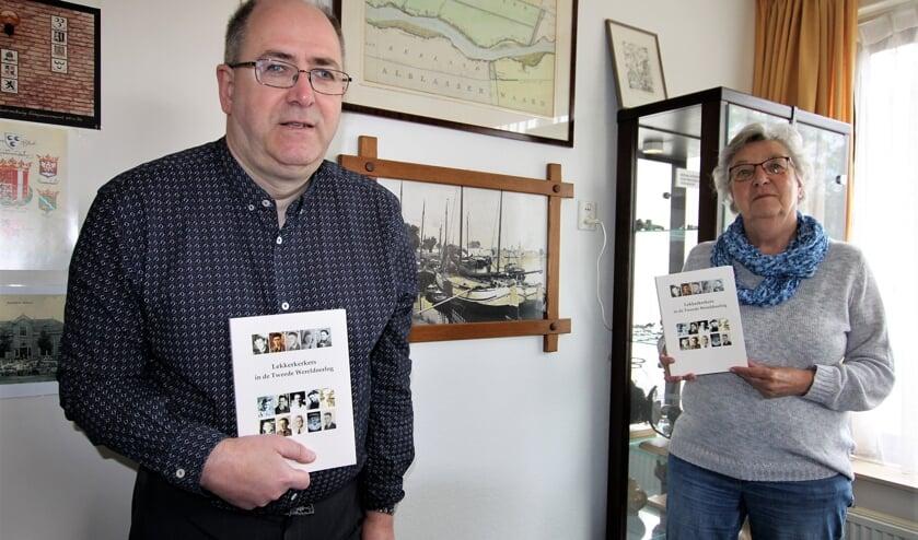 • Willem Hoogerdijk en Anje Tiggelman-Hoekema met het nieuwe boek.