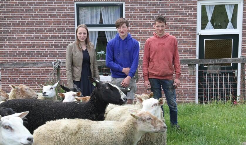 • Henrieke met twee van haar compagnons/broers.