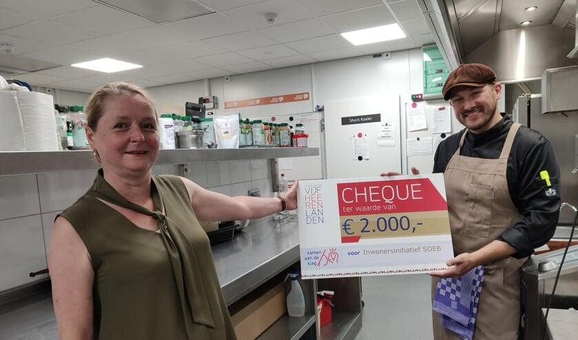 • Bob Hagg krijgt een cheque van 2000 euro voor S.O.E.B.