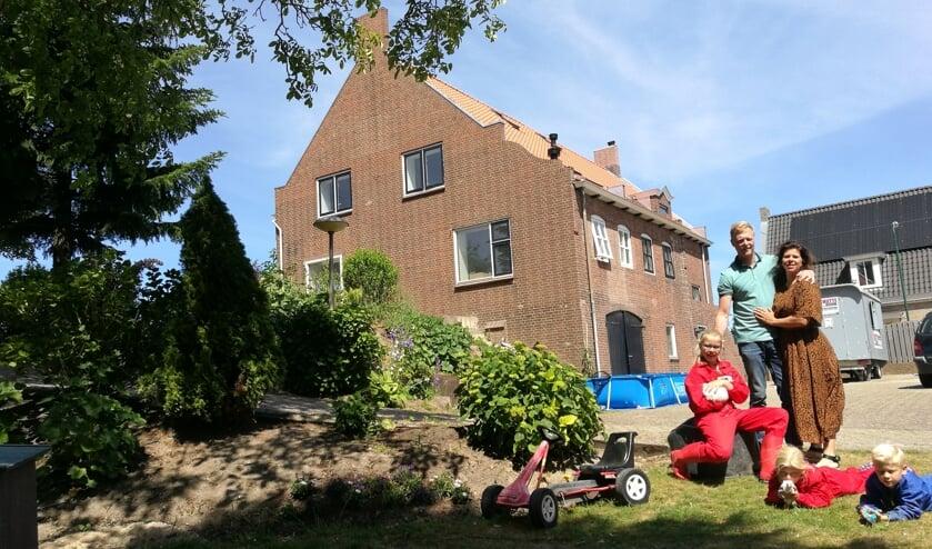 De familie Kleinjan in de tuin van hun gezinshuis aan de Maasdijk in Giessen.