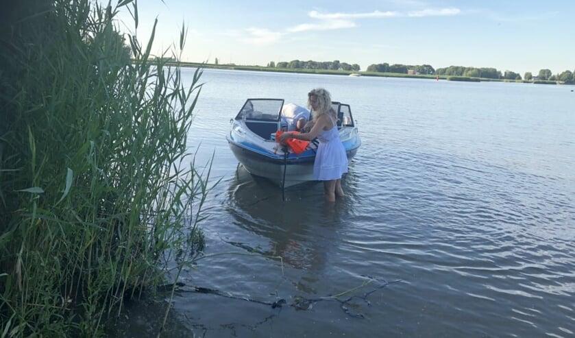 • De speedboot was lek en liep vol water.
