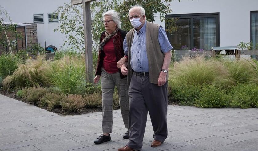 • Annie (l.) en Arie van Wilgen in de binnentuin van Perengaarde