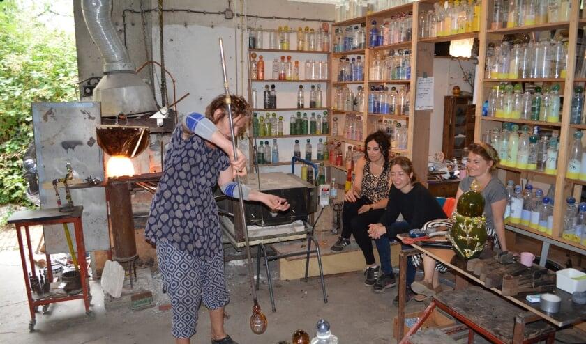 • Workshop van Yvon Trossèl bij Glasblazerij de Oude Horn.