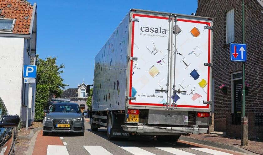 • Beeld van het zware verkeer op het smalle Sluis in Groot-Ammers.