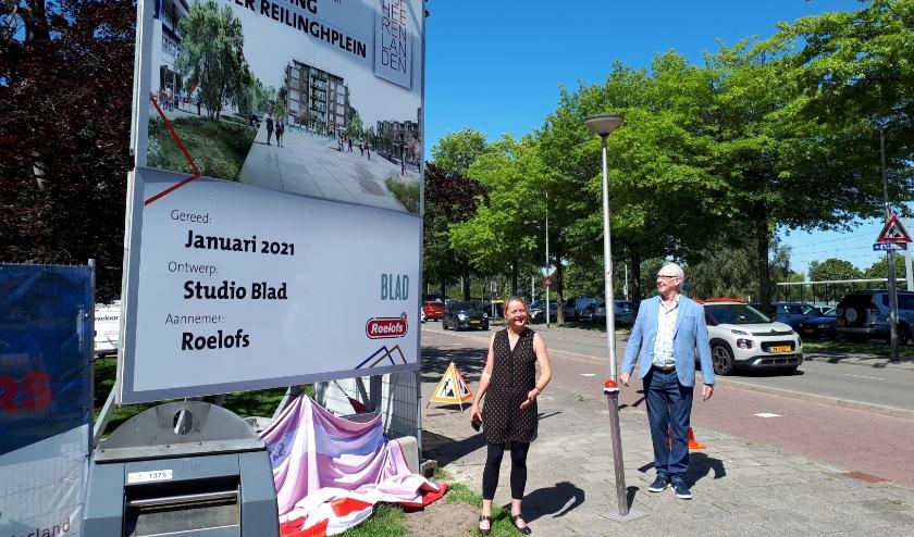 • Wethouder Christa Hendriksen en Reinier Nieuwboer onthullen het bord.