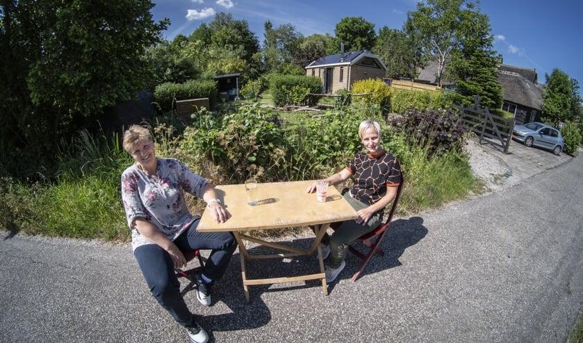 • Linda (links) en Kerstin letten bij hun keuzes op gevolgen voor het klimaat. Op de achtergrond Linda's tiny house.