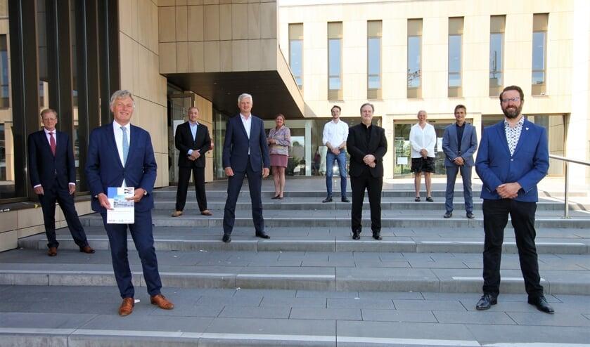 • De wethouders (vooraan) en fractievoorzitters van de coalitiepartijen in Krimpen aan den IJssel.