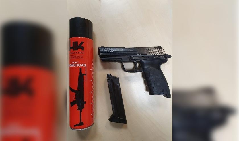 • Het nep-vuurwapen dat op de Opperduit uit een tas viel.