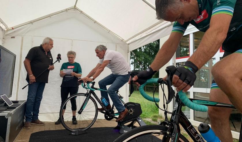 • Wethouder Leon de Wit (wit shirt) tijdens de opening op de fiets.