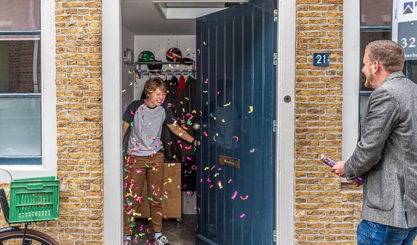 • De 18-jarige Mijntje Porsul uit Schoonhoven slaagde voor haar VWO diploma en werd donderdagochtend door haar natuurkundedocent Jeroen Kruithoed met een confettikanon verrast.