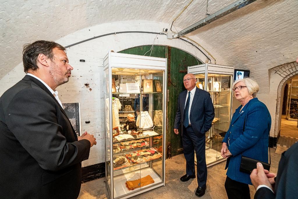 Mr. Pete  Hoekstra, Ambassadeur van de Verenigde Staten bezoekt met zijn echtgenote het WO2 Vliegeniers Museum In Fort Vuren Foto: Nico Van Ganzewinkel © Leerdam
