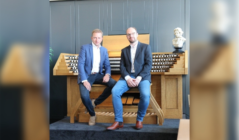Lennert Knops (links) en Kees Noorlander voor het Cavaillé-Coll-orgel.
