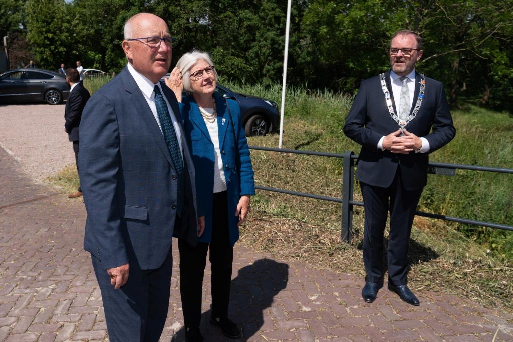 Mr. Pete  Hoekstra, Ambassadeur van de Verenigde Staten bezoektsamen met zijn echtgenote het WO2 Vliegeniers Museum In Fort Vuren Foto: Nico Van Ganzewinkel © Leerdam
