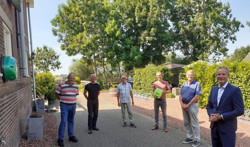 • De betrokkenen bij de overhandiging, met v.l.n.r. Erik Visser, Marcel Bontje, Joop Broer, Jelmer den Hartog, Kees van Meerkerk en Teunis Jacob Slob.