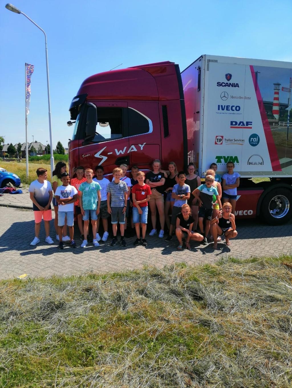 Leerlingen van de groepen 8 van de Prins Florisschool in Papendrecht krijgen les over de gevaren van grote voertuigen in het verkeer. Foto: Aangeleverd © Klaroen