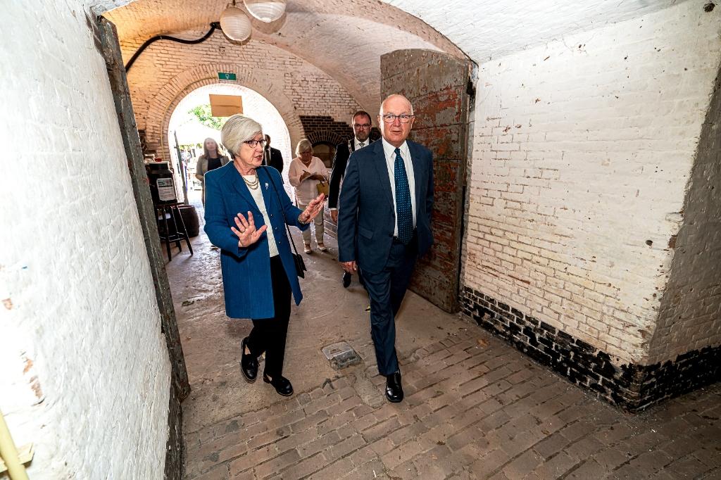 Mr. Pete  Hoekstra, Ambassadeur van de Verenigde Staten bezoekt samen met zijn echtgenote het WO2 Vliegeniers Museum In Fort Vuren Foto: Nico Van Ganzewinkel © Leerdam