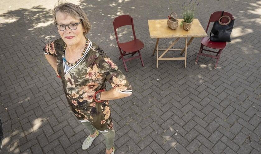 • Els van Lis wrikt graag stenen uit de grond, om ruimte te maken voor planten.