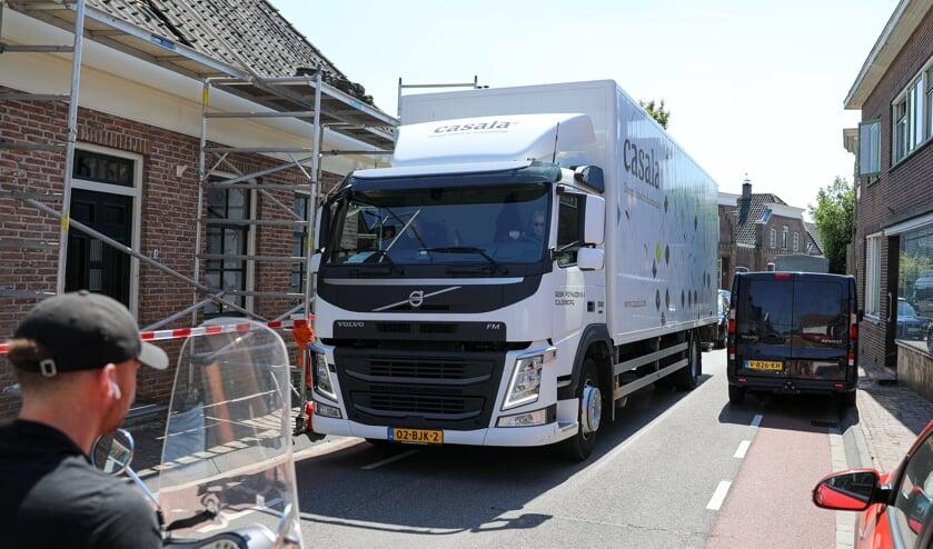 <p>• Beeld van het zware verkeer op het smalle Sluis in Groot-Ammers.</p>