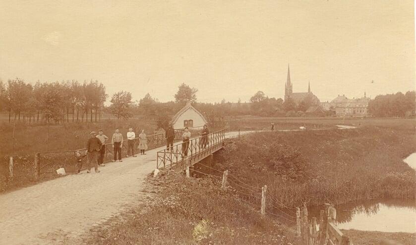 De Loswal in Dussen naar de haven met het aanlegsteiger voor de schepen van de THOR-lijn. Op de achtergrond de Sluis met de r.-k. kerk
