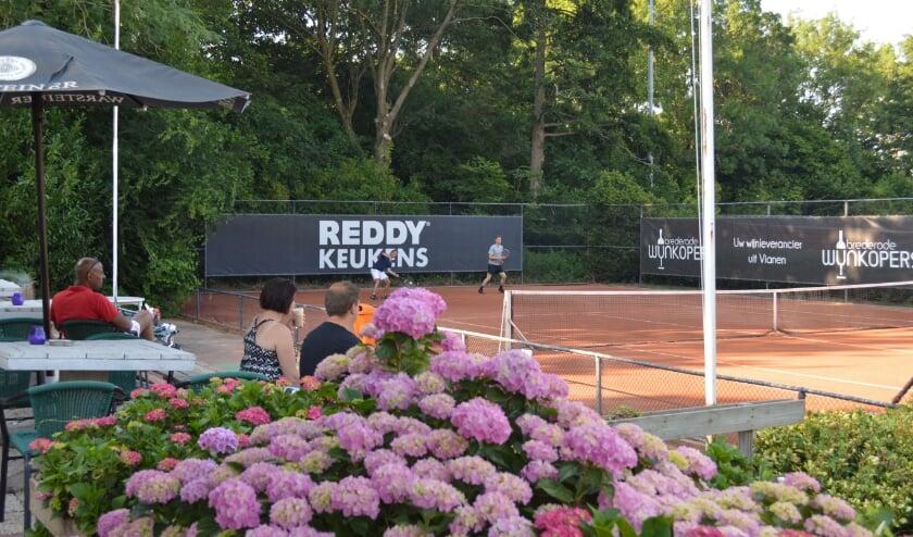 • Tennis is de perfecte sport om afstand te bewaren.