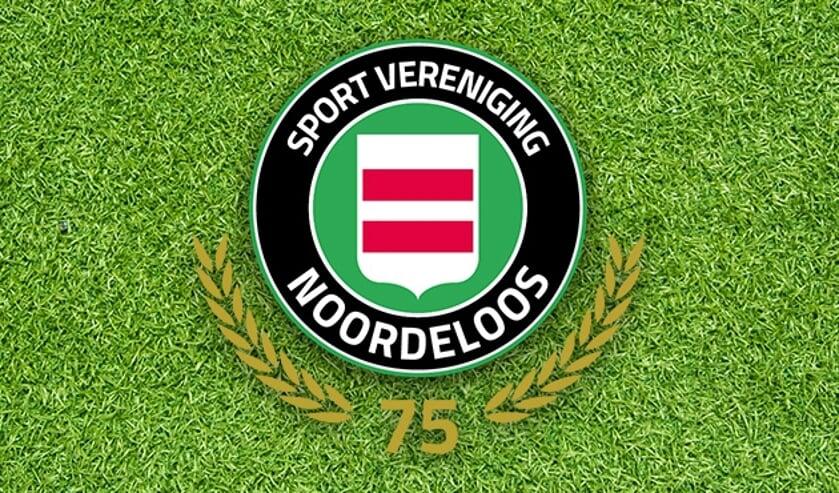 • De jubileumvlag van SV Noordeloos.