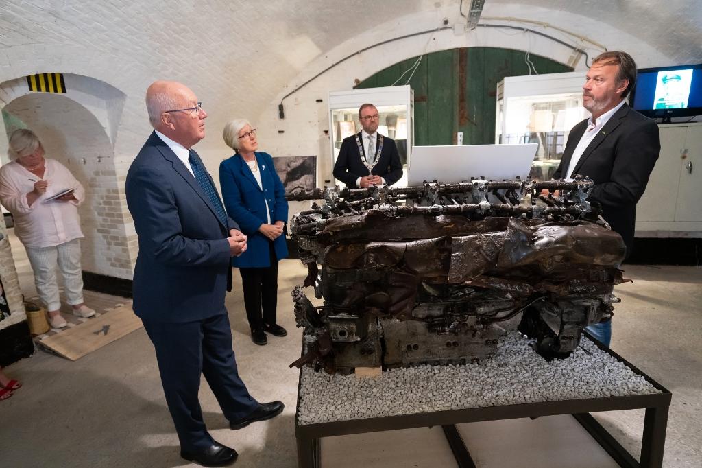 Mr. Pete  Hoekstra, Ambassadeur van de Verenigde Staten bezoekt het WO2 Vliegeniers Museum In Fort Vuren Foto: Nico Van Ganzewinkel © Leerdam
