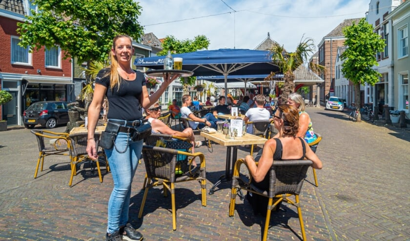 <p>• Het terras van café De Blauwe Duif in Schoonhoven.</p>